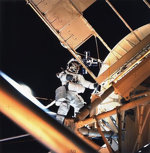 882px-Astronaut_Owen_Garriott_Performs_EVA_During_Skylab_3_-_GPN-2002-000065