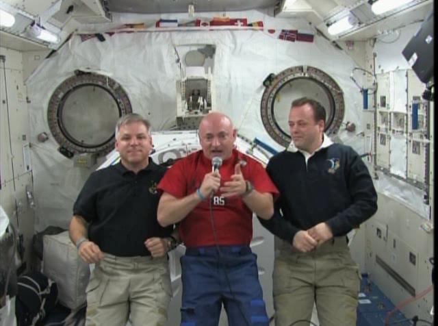 Schermata-STS-134 - Flight Day 13 Highlights+.asf-1.png