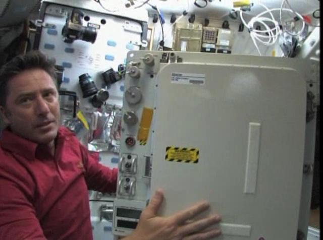 Schermata-STS-134 - Flight Day 13 Highlights+.asf-5.png
