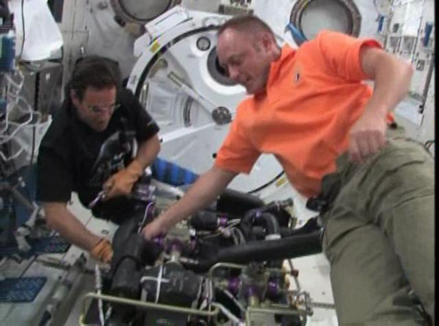 Schermata-STS-134 - Flight Day 13 Highlights+.asf-3.png