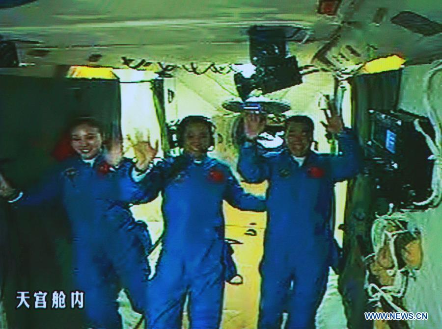 xinhua-astronauts-shenzhou10.jpg